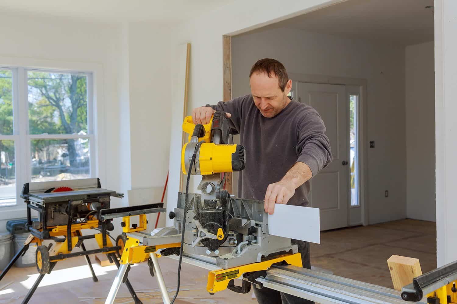 The Outside Corner Cuts Baseboards With a Miter Saw